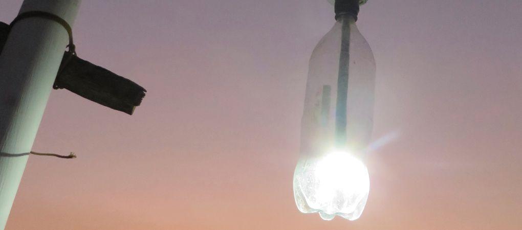 l'éclairage avec une bouteille en plastique